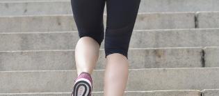 長時間歩くと太ももの外側が痛くなり、叩いてしまう